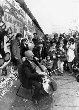 Rostropóvich toca al pie del muro