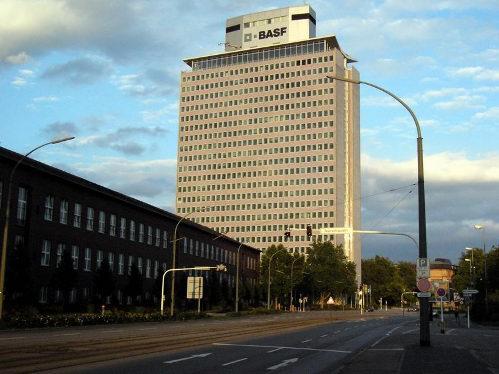 Una calle en la que destaca un rascacielos
