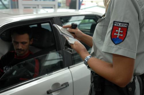 Control de pasaportes en un paso fronterizo de Eslovaquia