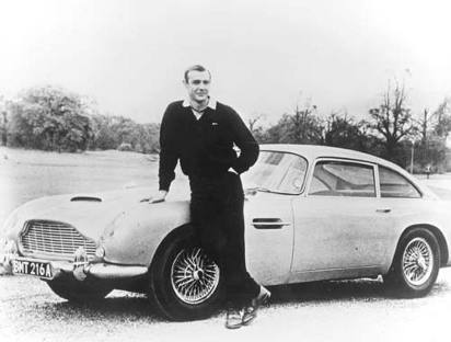 Sean Connery junto a un coche de James Bond