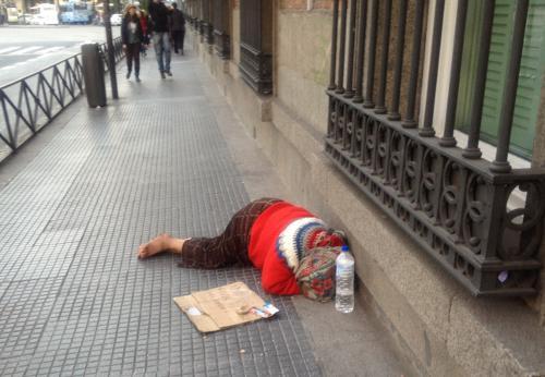 Una mujer pide limosna en Madrid
