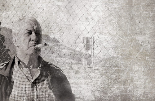 Un hombre fumando un puro