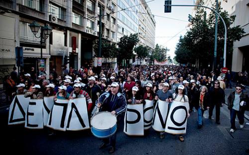Griegos protestan contra las medidas de austeridad en marzo de 2010