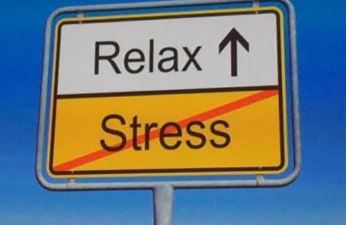 Un cartel que pone Relax arriba y Stress tachado debajo